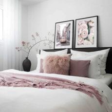 пара розовых постеров в спальню