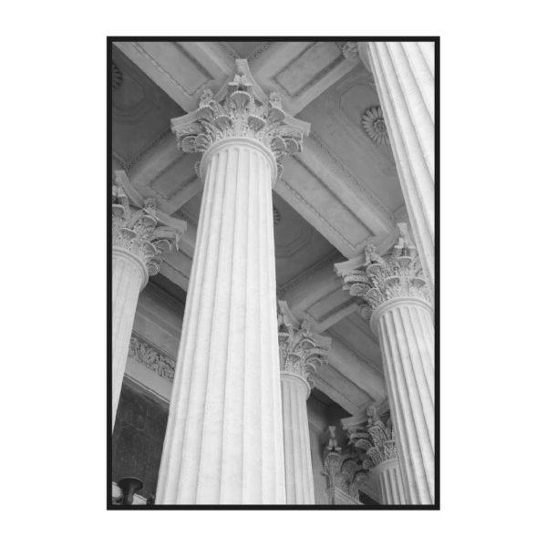 черно-белый постер с колоннами из классического набора