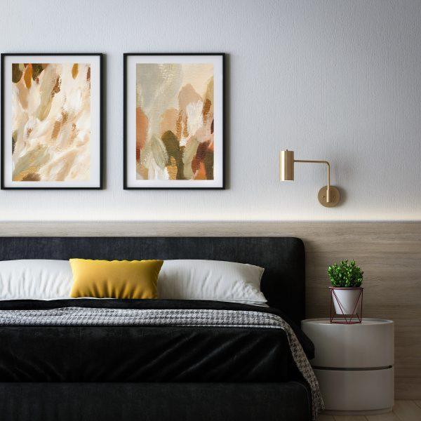 Пара постеров над кроватью с мазками краски