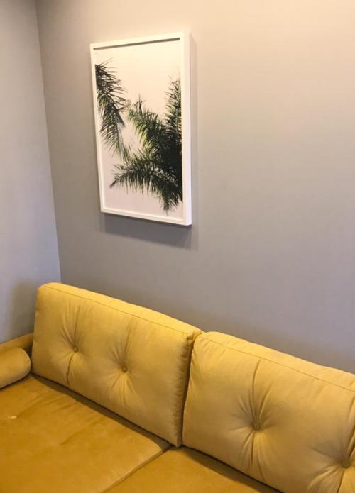 один постер на серой стене